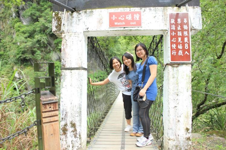 走进吊桥以前~我们花了一番功夫说服诗诗
