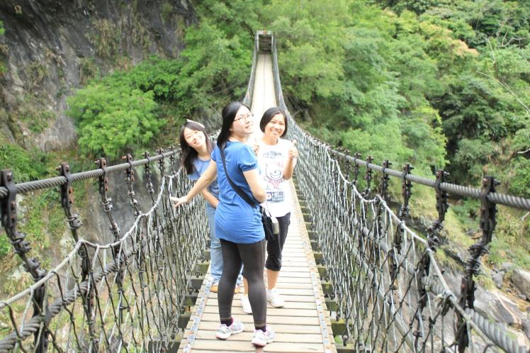 一起在吊桥上!woohoo