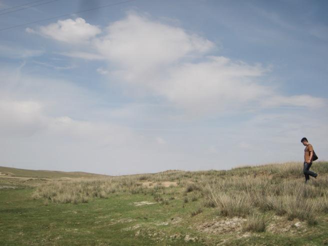 我朋友憂鬱的身影入鏡,哈。藍天和草原緊連在一起,好像是好久都沒見到的景色。還是根本從來沒見過?