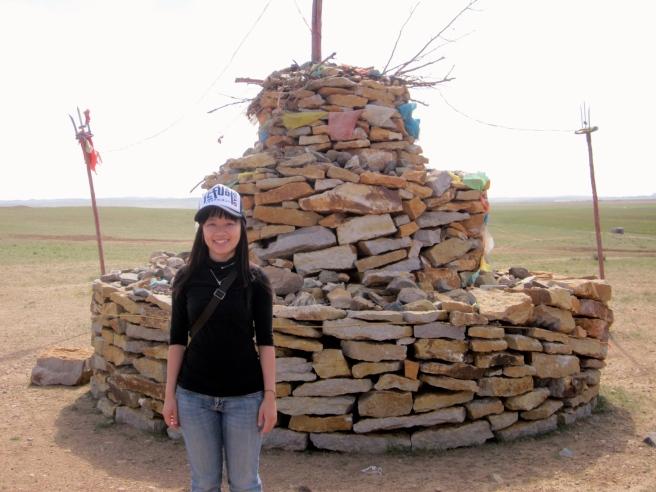 景點之二:蒙古族敖包,是蒙古語石頭堆的意思,既是祭祀的建築也是草原上的路標