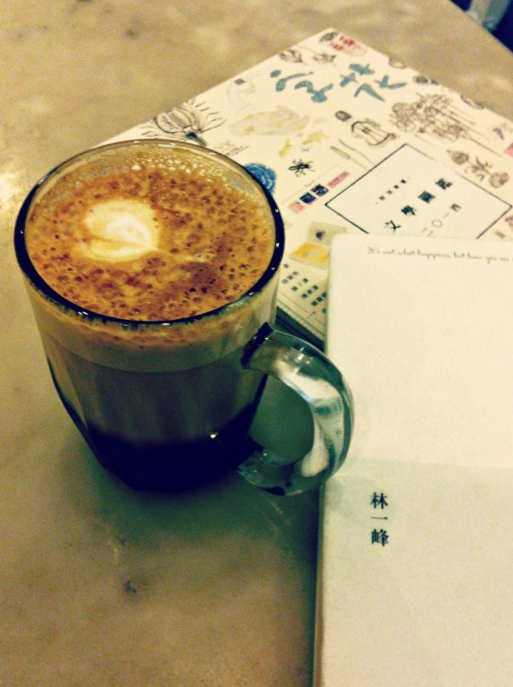 《字花》文學雜誌 和 林一峰 第一次看到這種咖啡杯,有南洋的懷舊感